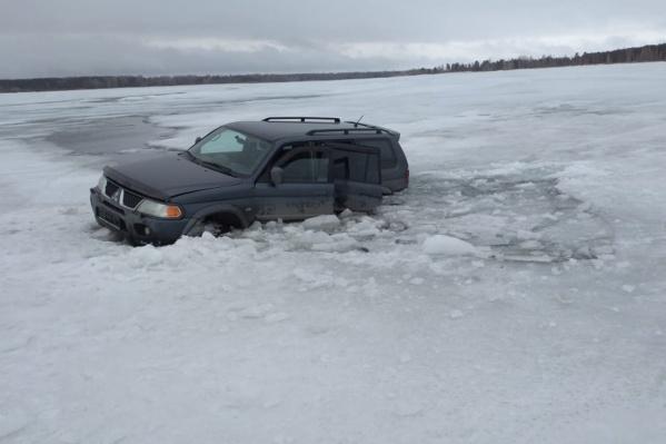 Рыбаки вызвали спасателей, чтобы они помогли достать автомобиль из воды