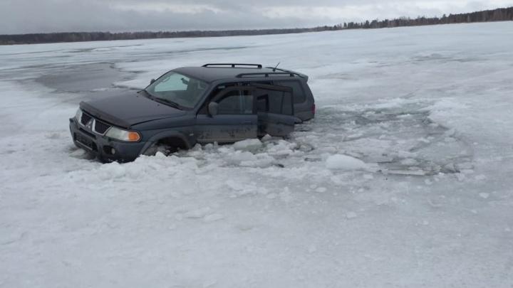 Под Новосибирском провалилась под лёд машина с рыбаками