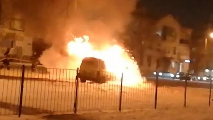 «Залили горой пены»: на улице Блюхера сгорел автомобиль