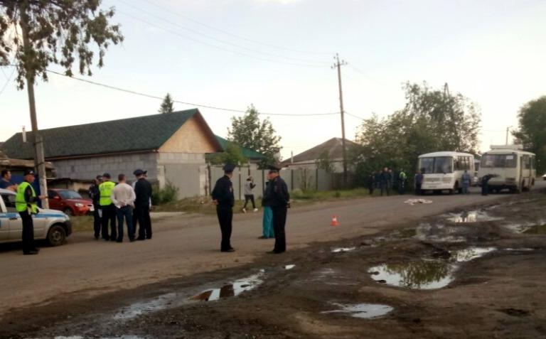 По словам очевидцев, ребенок был недалеко от дороги вместе с братом
