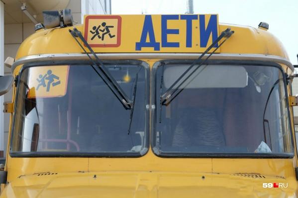 По словам свидетеля, из автобуса, в котором везли детей, повалил дым, детей начали эвакуировать