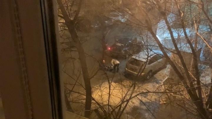 Ночная потасовка на Профсоюзной: трое парней поругались с тюменцем с травматом