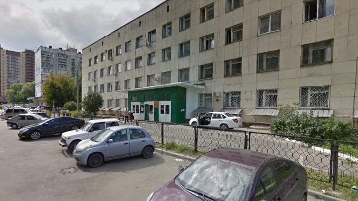 «Позвонила мама, всех выводят»: из челябинской поликлиники эвакуировали людей