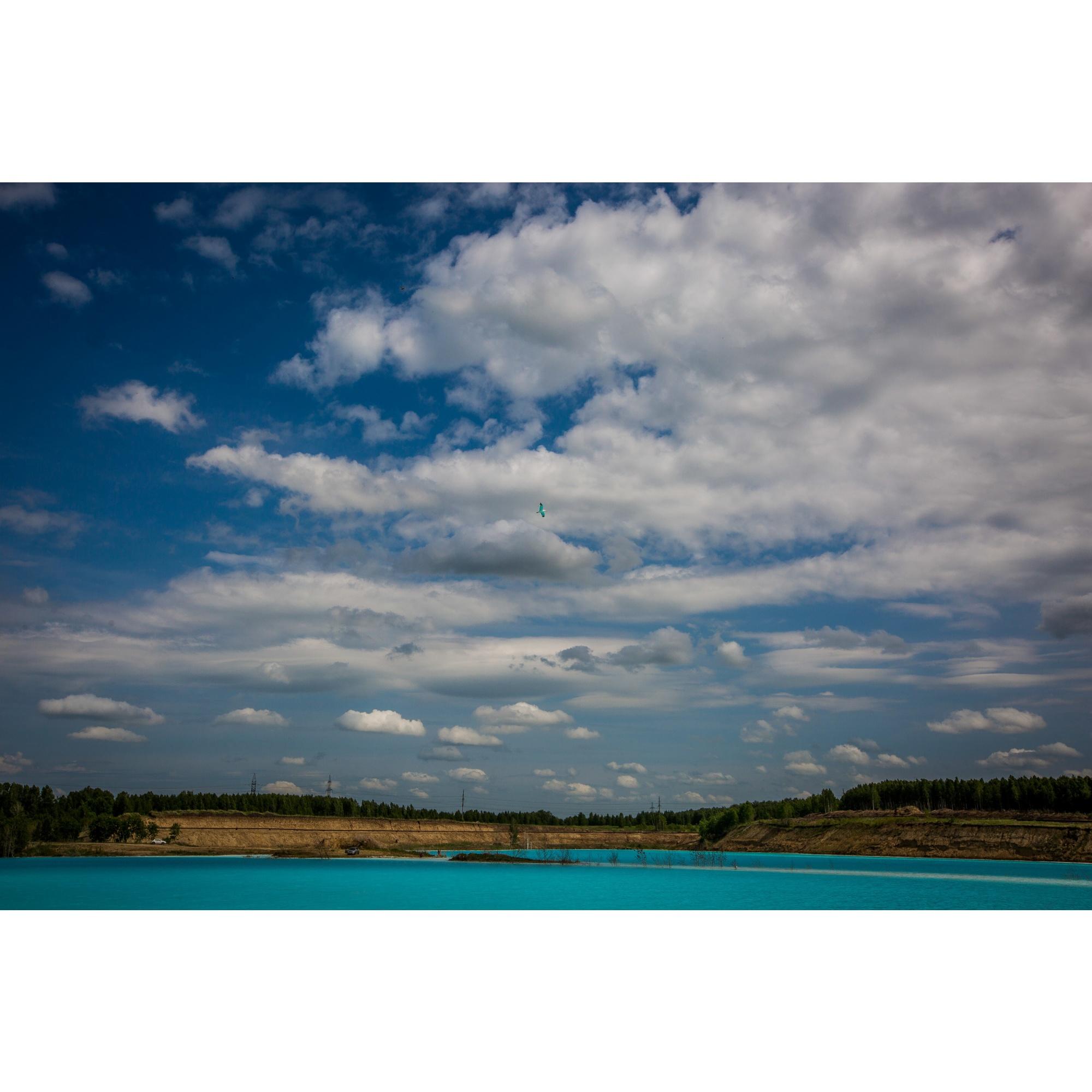 Крутой берег, бескрайнее небо и голубая вода, а купаться нельзя