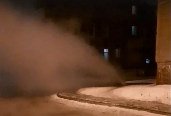 «Бьёт фонтан кипятка»: из-за коммунальной аварии сотни челябинцев остались без отопления