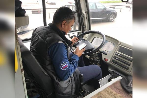Водитель во время движения практически не отрывал взгляд от телефона