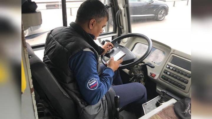 Уткнувшегося в телефон водителя автобуса застукали в Красноярске