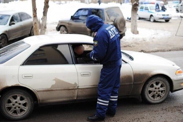 Молодой человек надел форму полицейского, пытаясь рассмешить водителей. Как считаете, уместна ли такая шутка на дороге? Пишите в комментариях