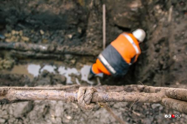Рабочие заменят один из старейших коллекторов Самары
