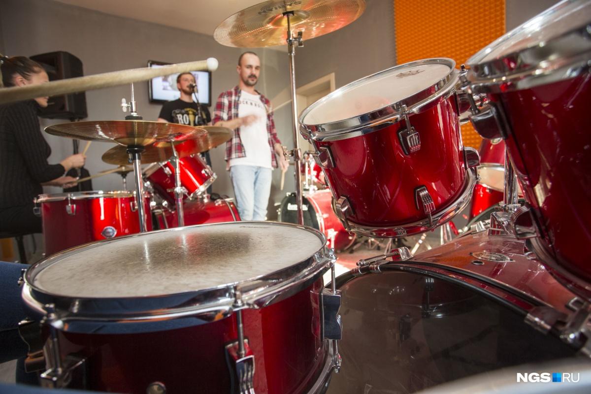 Игре на барабанах учатся люди разного возраста