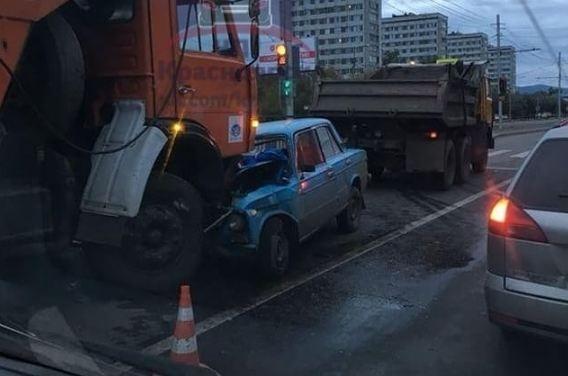 Водитель «Жигули» въехал под КАМАЗ дорожных служб на пустом Красрабе