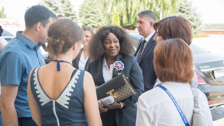 В Волгограде генсека FIFA провели по музею-панораме и накормили обедом