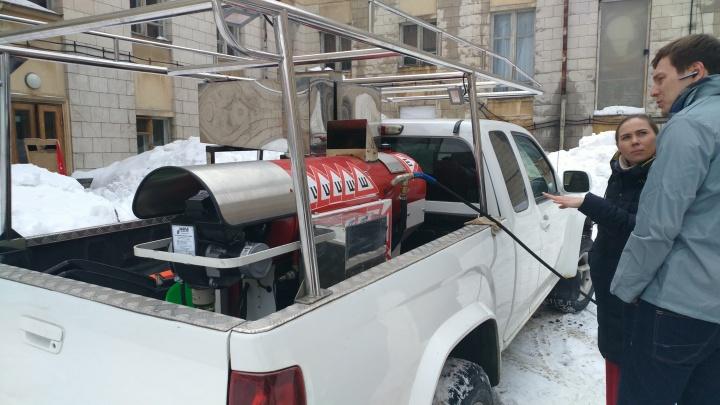 Срезает начисто: крышу ДК Литвинова очистили парогенератором