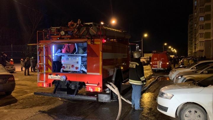 В многоквартирном доме в Уфе произошел пожар, 70 человек эвакуировали