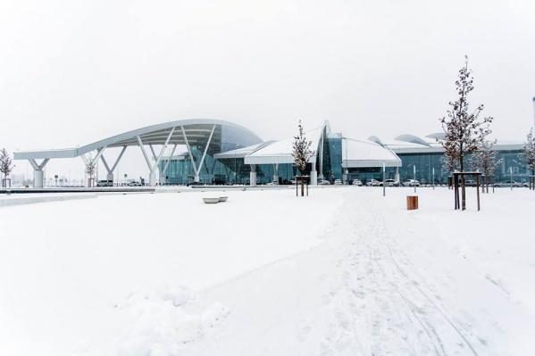 Пассажира с чемоданом денег задержали в Платове