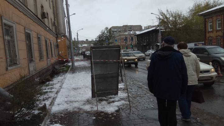 Коммунальщики перегораживают тротуары в центре и швыряют снег с крыш