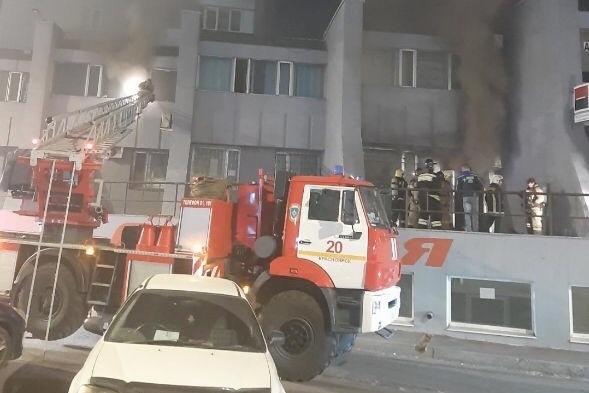 На место выехало несколько пожарных машин
