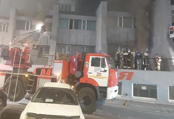 «Все в дыму»: на Предмостной площади загорелось здание с офисами двух банков