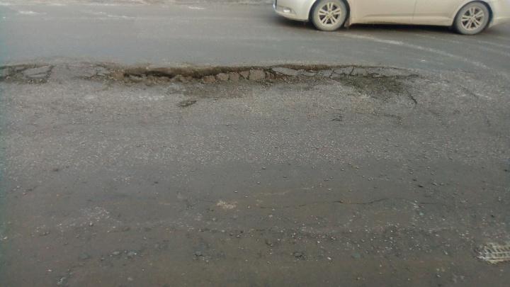 Яму в центре Новосибирска залили бетоном в мороз — не помогло