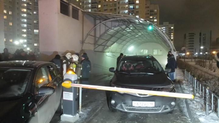 «Внутрь зайти невозможно без оборудования»: во Втузгородке в подземном паркинге вспыхнул пожар