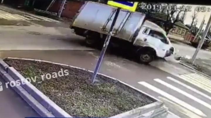 Снова авария: на Днепровском в Ростове грузовик снёс легковушку