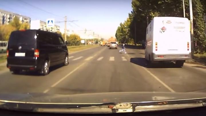 Омич сделал видео с маршруткой, которая чудом не сбила девочку на переходе
