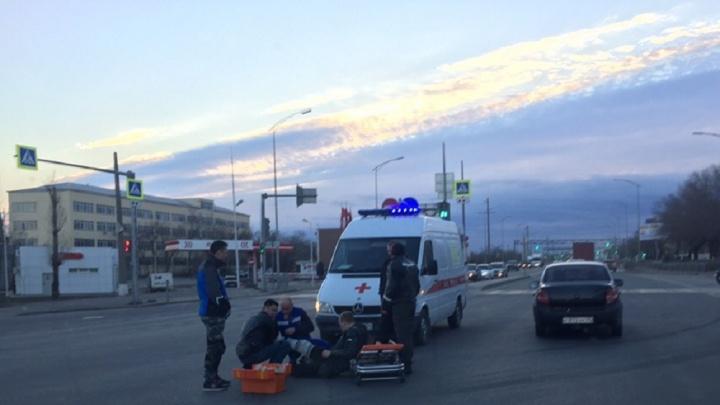 «Сезон открыт»: на шоссе Авиаторов в Волгограде произошло ДТП с байкером