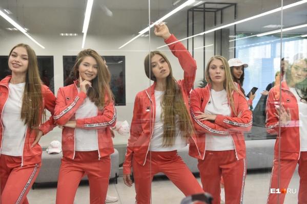 Новую спортивную форму девушки примерили на производстве Дмитрия Шишкина на ЖБИ