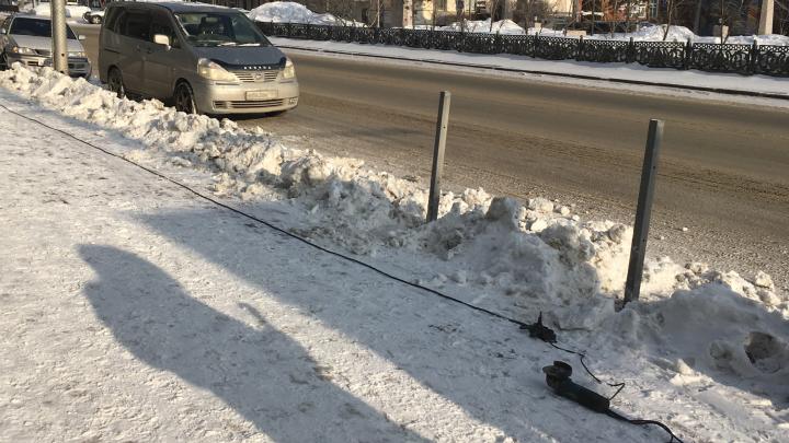 С тротуара у Дома с часами пропали пешеходные ограждения