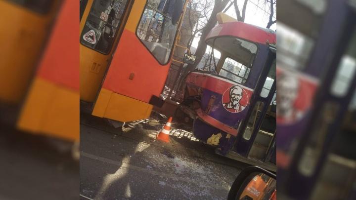 «Стекла вылетели»: возле гостиницы «Исеть» жестко столкнулись два трамвая