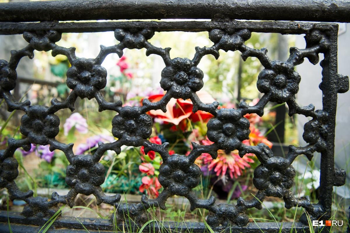 Чаще всего узор на оградах цветочный
