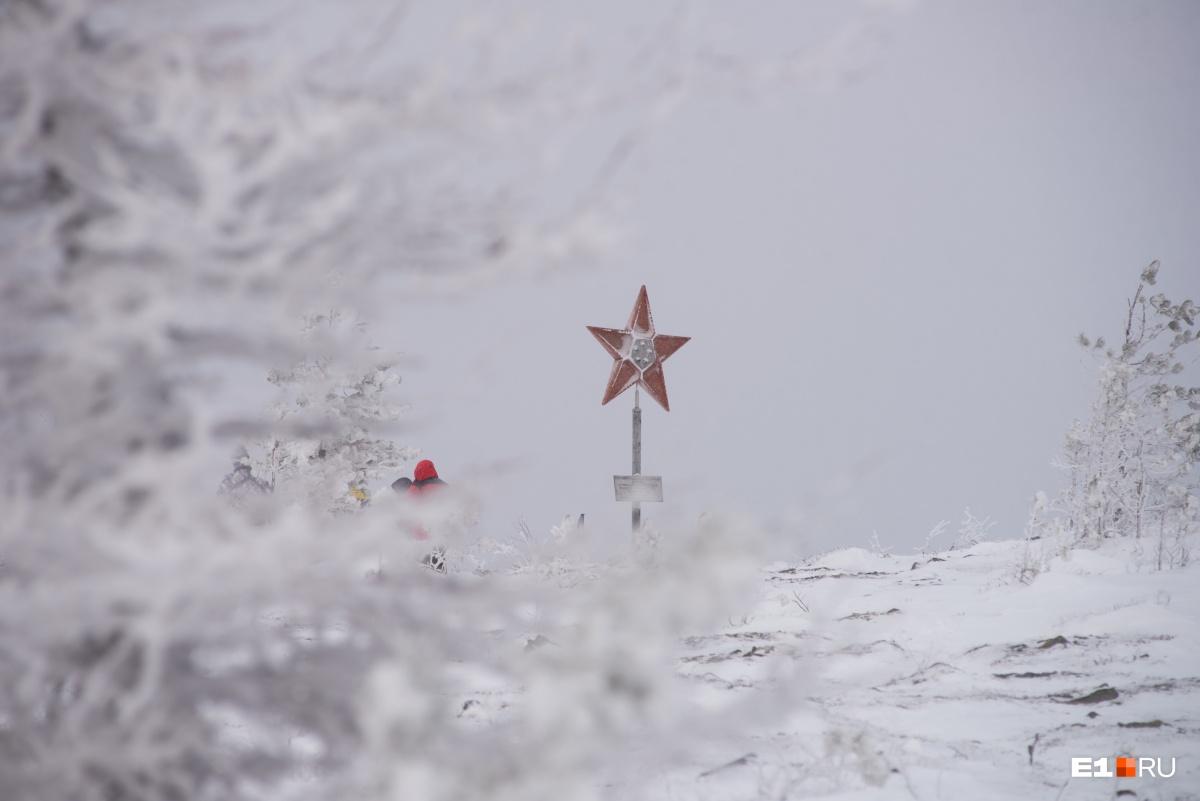 Памятник в виде советской звезды здесь появился в честь50-летия СССР и отряда имени геолога Бориса Дидковского