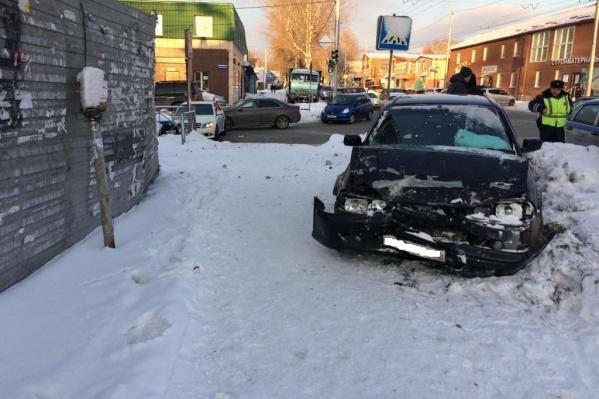 «Хонда» от удара вылетела с дороги