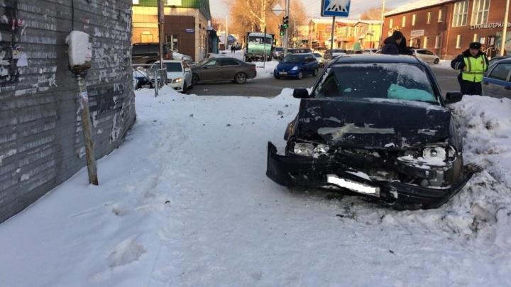 «Мерседес» развернуло поперёк дороги после аварии на Богаткова