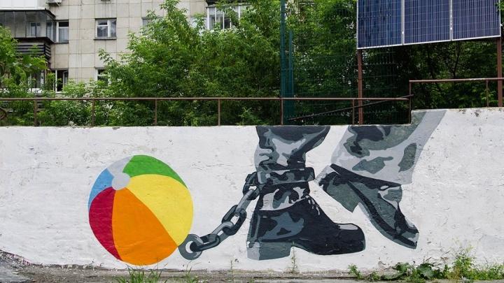 Акинфеев, которому не забить, и кандалы с детским мячиком: обзор новых граффити Екатеринбурга