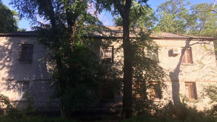 «По дому ползут новые трещины»: волгоградцы остались ночевать в доме с рухнувшими потолками