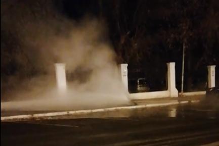 В центре Самары из-под земли забил фонтан кипятка