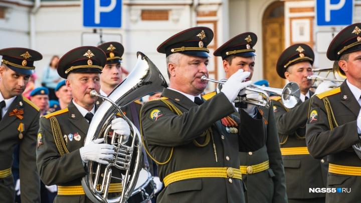 Под балкон ветерана ВОВ в Омске пришёл оркестр