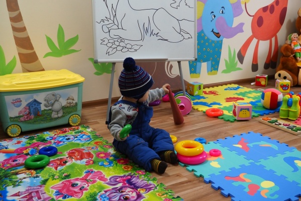 Игровая комната забита под завязку — пазлы, развивающие игры, мягкие игрушки, раскраски.