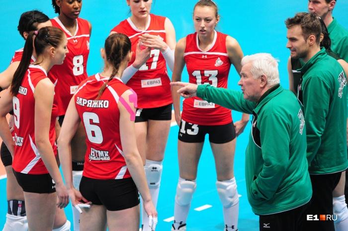 Николай Карполь часто дает рекомендации своим волейболисткам на повышенных тонах
