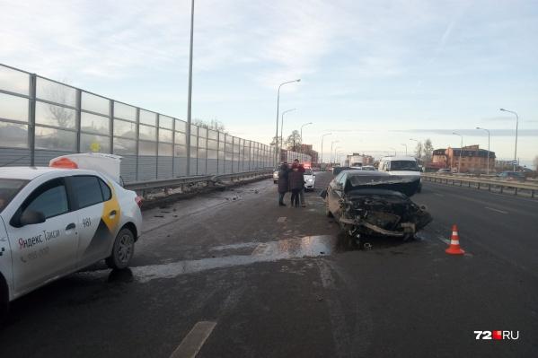 Водитель такси подъехал поддержать девушку, попавшую в аварию