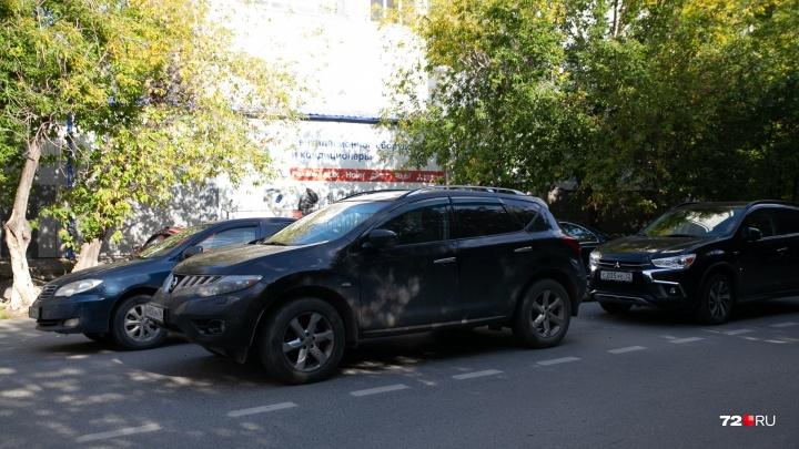 «Я паркуюсь, как...»: стоянка в два ряда на Дзержинского, автохам у контейнеров и таксист на газоне