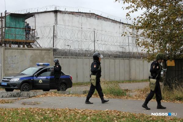 Сейчас территория оцеплена сотрудниками УФСИН и Росгвардией