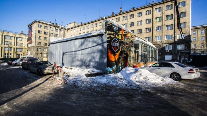 Гостиница «Центральная» объяснила, почему популярную стену с граффити закрасили