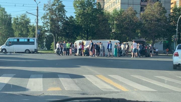 «Нужно навести порядок»: в Челябинске после ДТП на оживлённом перекрёстке опрокинулась маршрутка
