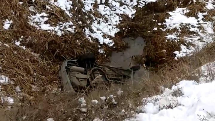 На водителе ни царапины: в Волгограде легковушка после ДТП улетела в затопленный водой овраг