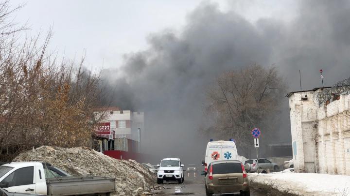 Обрушилась кровля: в промзоне Самары горел ангар на площади 1000 кв. метров