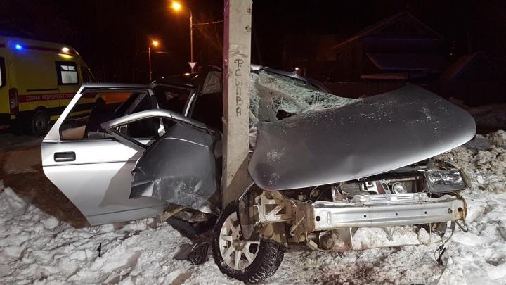 В Перми пьяный водитель врезался в опору ЛЭП — два человека пострадали