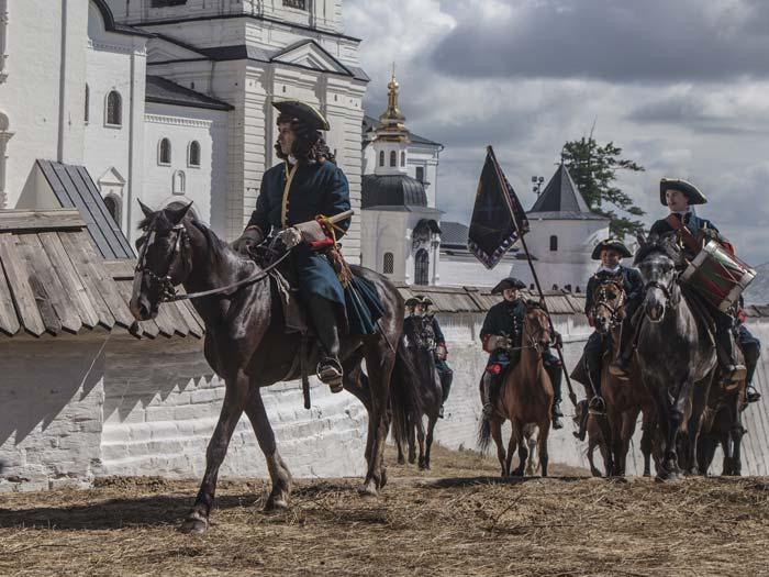 На съемках трюковых и панорамных сцен было занято много лошадей. Фильм снимали в историческом Тобольском кремле