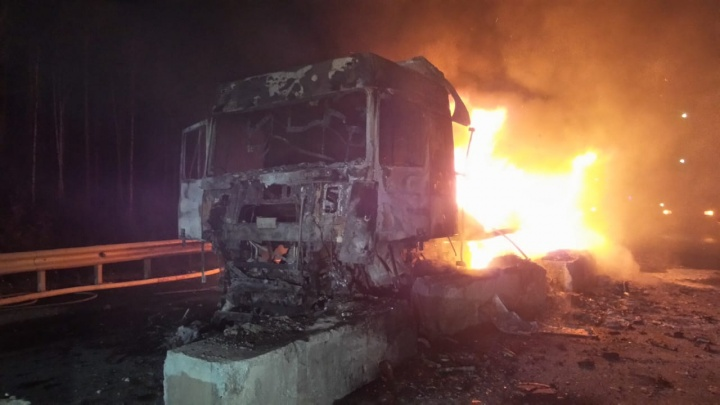 Трасса перекрыта: на ЕКАД сгорела фура, въехавшая в бетонные блоки